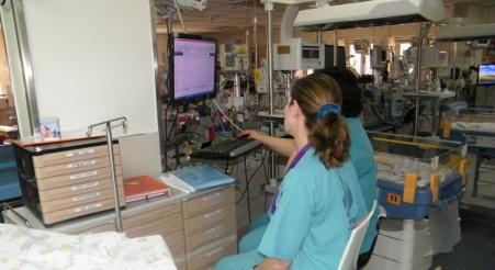 זרועות משולבות במחלקת הפגייה בבית חולים וולפסון